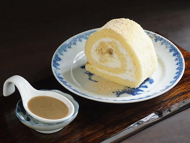 CAFE HAYASHI 味噌と大豆のロールケーキ(ごまソース付き)
